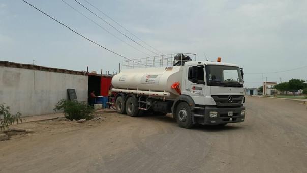 Cisterna repartiendo agua potable en zona de emergencia