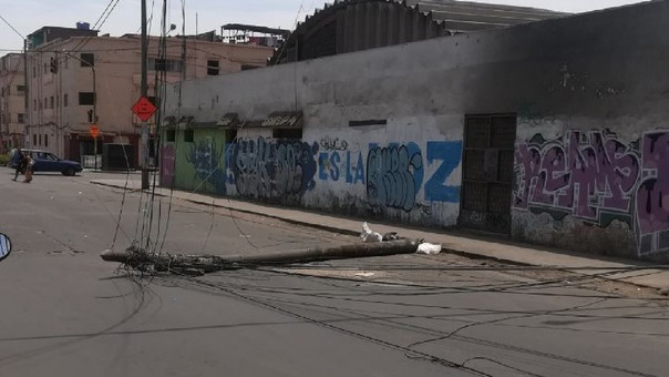 Poste caído en La Victoria