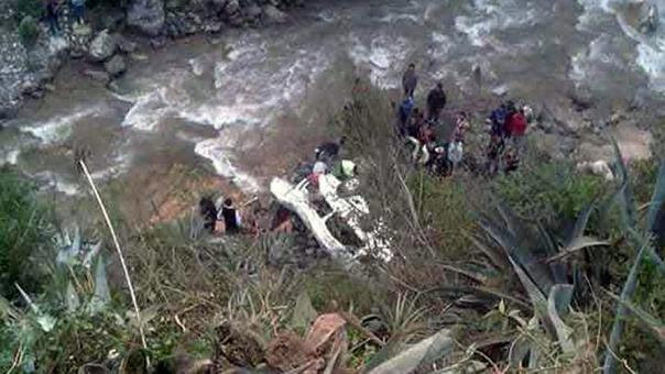 Caída de vehículo a un abismo deja 4 muertos y 8 heridos