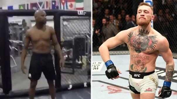 Floyd Mayweather derrotó a Conor McGregor cuando se enfrentaron en un ring de boxeo.