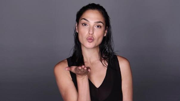 En el video, la intérprete de la Mujer Maravilla trata de imitar los pasos de Mette Towley, la protagonista del videoclip original.