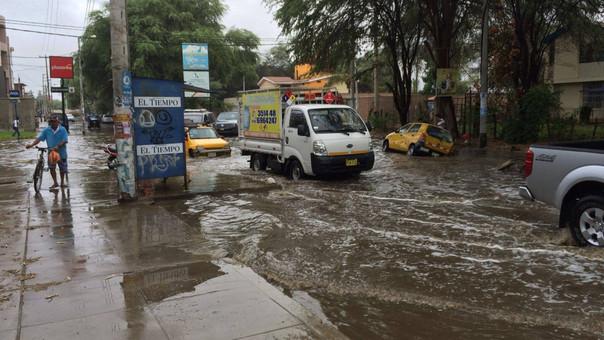Ligera lluvia ocasionó charcos de agua en algunos puntos de la ciudad.