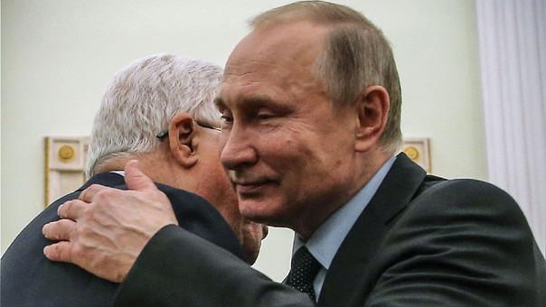 Vladimir Putin en un encuentro con el líder palestino Mahmud Abbas.