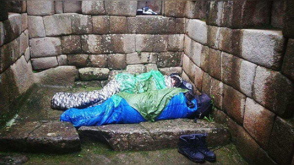 Argentinos durmiendo en Machu Picchu.