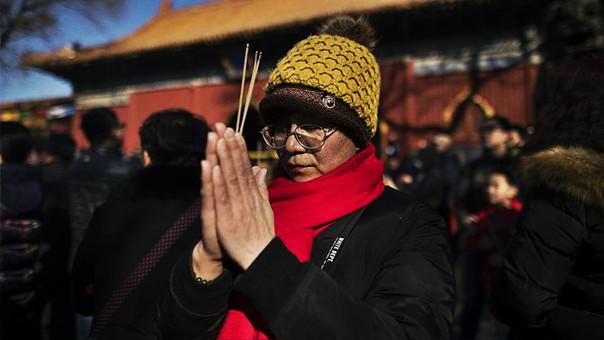 Ciudadanos chinos celebrando el Año Nuevo Lunar en el templo de Lama en Pekín.