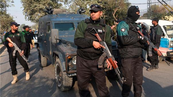 La Policía resguarda el vehículo que traslada a Imran Ali hacia el juzgado el pasado 9 de febrero.