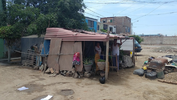 Ancianos viven en carpas