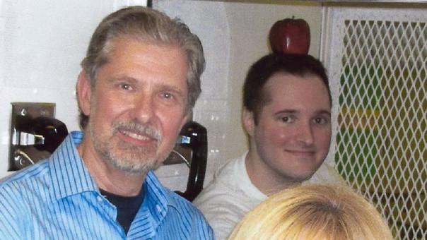 Kent Whitaker y su hijo 'Bart' durante una visita penitenciaria.