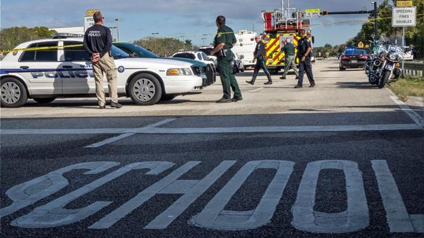 Policías frente a la escuela donde ocurrió el tiroteo.