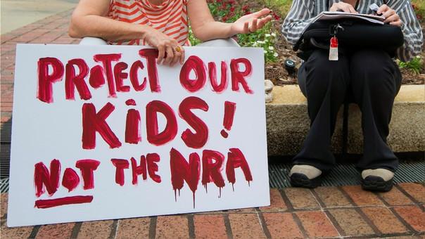 Protejan a nuestros niños, no a la NRA (Asociación Nacional del Rifle) en una manifestación ante el Congreso de Florida luego de la matanza.