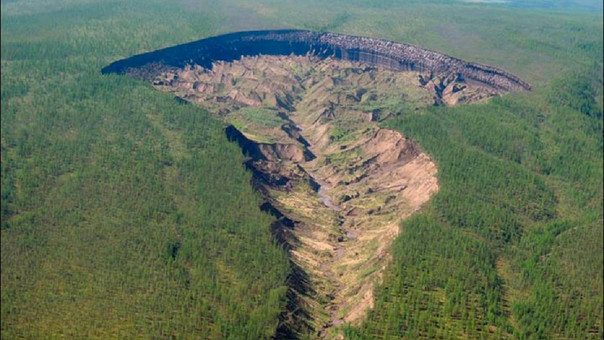 La 'puerta al Inframundo' no solo es el cráter el más grande de su tipo, casi 1 km de largo y 86 metros de profundidad, sino que se está haciendo más grande todo el tiempo.
