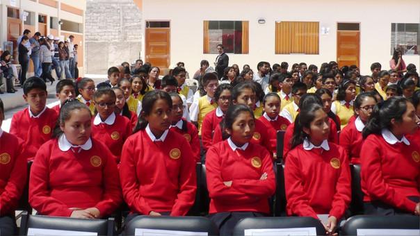 La resolución también indica que los centros educativos promuevan el uso de bloqueador solar, gorras con alas anchas y ropa ligera de color claro.