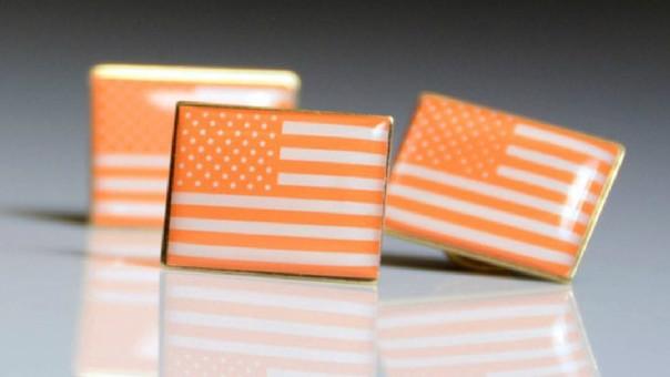 Este año, las celebridades lucirán unos pins de una bandera de los Estados Unidos pintada de color naranja para luchar contra el uso de armas.