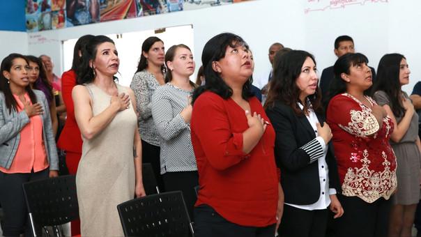 El promedio de hijos de la mujer peruana se ha reducido, al año 2017 la tasa global de fecundidad de las mujeres a nivel nacional es de 2,4 hijos por mujer. Por área de residencia, en el área rural, las mujeres en promedio tienen 3,2 hijos y en el área urbana 2,2 hijos.