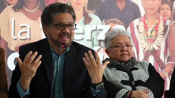 El candidato al Senado de la FARC Iván Márquez y la candidata a la vicepresidencia, Imelda Daza, durante la conferencia en la que anunciaron su salida de la carrera presidencial de Colombia.