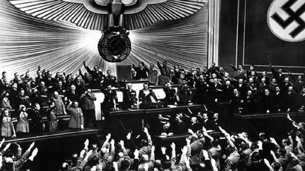 Hitler es ovacionado en el Parlamento alemán tras la anexión de Austria en 1938.