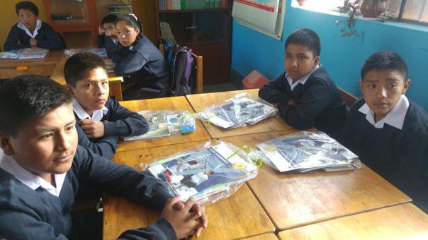 Los escolares recibieron material educativo en su primer día de clases