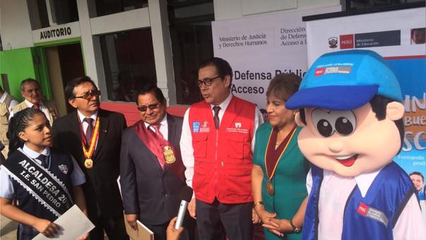 El ministro de Defensa, Enrique Mendoza inauguró el inicio de clases en el colegio San Pedro.