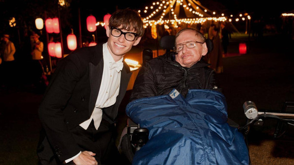 Redmayne y Hawking durante la grabación de 'La teoría del todo'