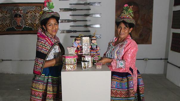 Violeta Quispe Yupari junto a su madre y maestra Gaudencia Yupari Quispe / Foto: Marcos Reátegui - RPP Noticias
