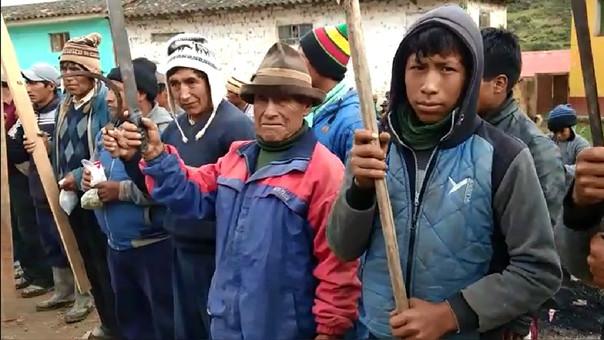 Los campesinos provistos de palos y objetos punzocortantes refuerzan la seguridad de sus rebaños.