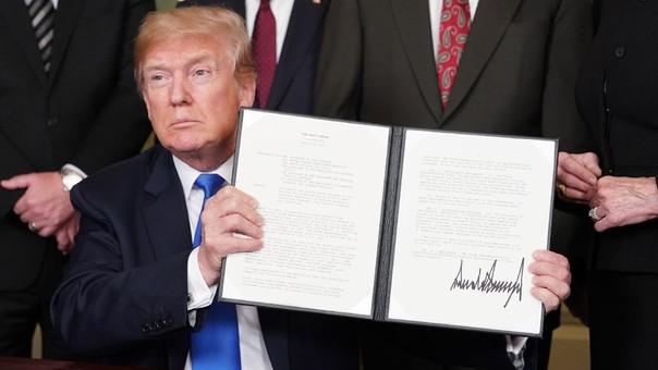 Donald Trump tras firmar una orden para imponer los aranceles a China.
