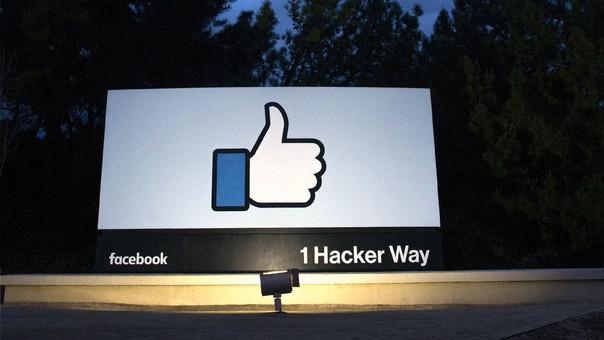Anuncio en la entrada de la sede corporativa de Facebook en Califonria.