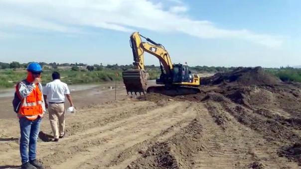 Trabajos de descolmatación en el río Reque.