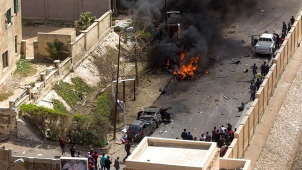 Dos personas, entre ellos un policía, murieron ayer por la explosión de un coche bomba en Alejandría.