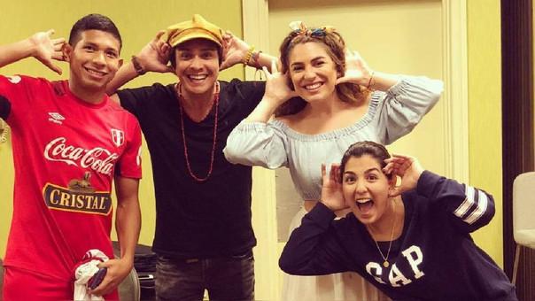 Edison Flores y su novia posaron para la fotografía con el dúo musical.