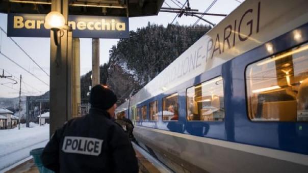 Un policía en un andén de la estación de Bardonecchia, en la frontera entre Italia y Francia.