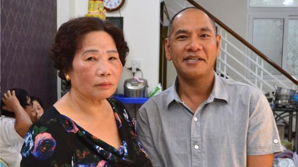 Vance McElhinney y su madre biológicab, Le Thi Anh.