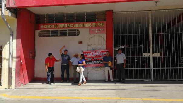 Trabajadores de la Compañía de Bomberos protestaron en los exteriores del local.