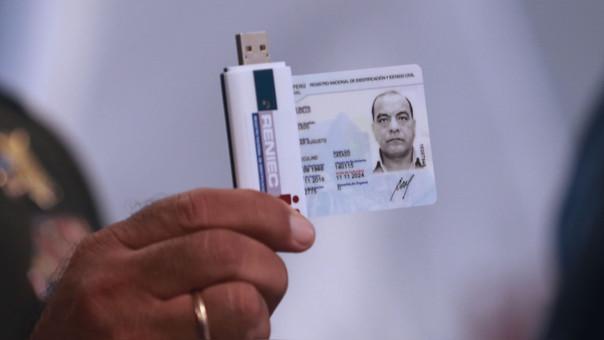 El DNI electrónico lleva un chip criptográfico en su interior que permiten acreditar la identidad de su poseedor y a la vez firmar digitalmente.