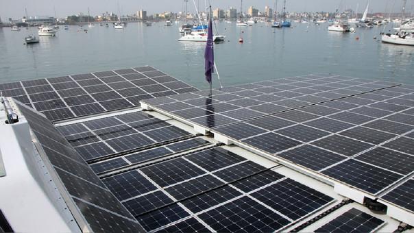 El barco cuenta con 500 metros cuadrados de paneles solares, que alimentan un procesador que utiliza el agua del mar para generar hidrógeno y movilizar el motor eléctrico. Cero emisiones de CO2.