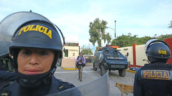Los alumnos fueron desalojados del campus universitario esta mañana tras 24 horas de protesta.