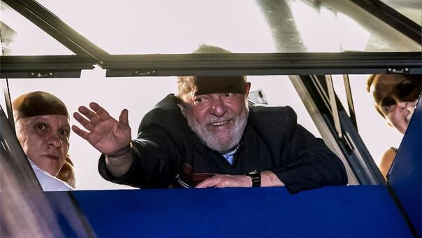 Lula saluda a sus seguidores desde la sede sindical.