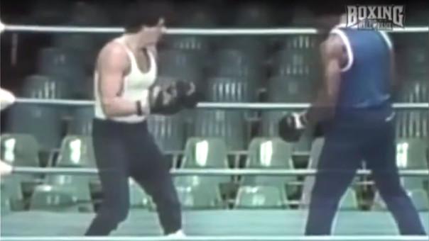 En la película, Sylvester Stallone interpreta a un aficionado del boxeo que es retado por el campeón Apollo Creed (Carl Weathers).