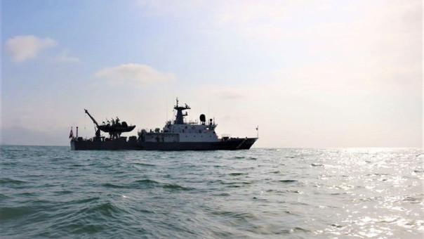 La Marina de Guerra y personal del Puerto de Chimbote realizan la búsqueda de los pescadores.