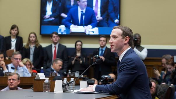 El fundador de Facebook, Mark Zuckerberg, responde al Congreso de EE.UU. sobre filtración de datos.