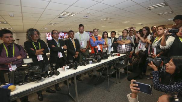 Periodistas realizan minuto de silencio por sus colegas asesinados por las FARC en la sala de prensa de la Cumbre de las Américas.