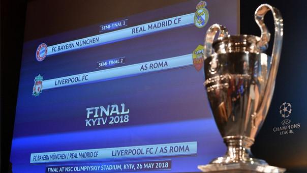 Una pantalla muestras los duelos de semifinales junto al trofeo del torneo.