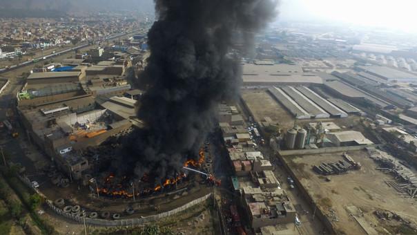 Bomberos piden a vecinos que evacúen por nube tóxica — Incendio en Comas