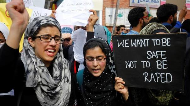 Estudiantes de la Universidad Central de Cachemira, India, sostienen una pancarta en la que se puede leer: