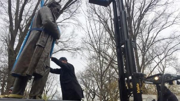 Trabajadores retiran la estatua de James Marion Sims bajo la autorización del alcalde de Nueva York Bill de Blasio.