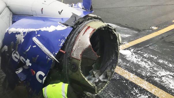 Uno de los motores del avión explotó en pleno vuelo.