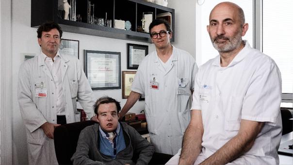 Laurent Lantiere (derecha) junto a miembros de su equipo y a Jerome Hamon, el primer hombre sometido a tres trasplantes de rostro.