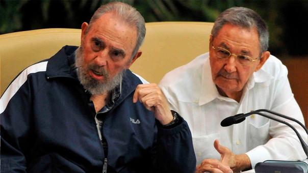 Raúl Castro (derecha) junto a  su hermano y antecesor, Fidel (izquierda), en el 2011.