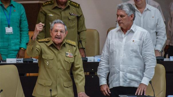 Raúl Castro (izquierda) al lado del favorito para se sucesor, Miguel Díaz-Canel.