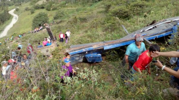 Once muertos y al menos 40 heridos deja la caída de bus a un abismo en La Libertad.